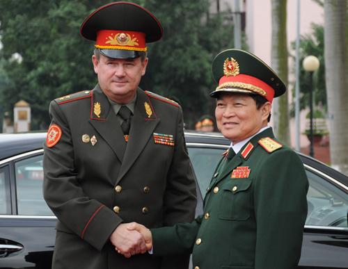 Bộ trưởng Ngô Xuân Lịch đón Bộ trưởng Ravkov Andrei Alekseevich. Ảnh: VT.