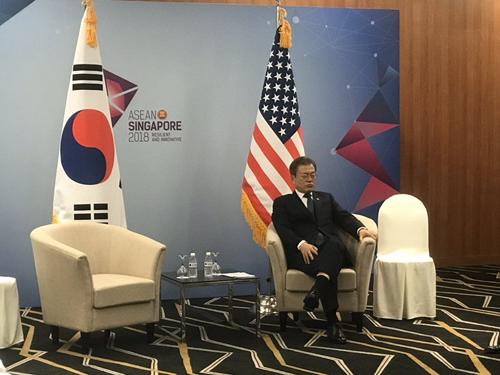 Tổng thống Hàn Quốc tranh thủ nghỉ ngơi trong lúc chờ họp với Phó tổng thống Mỹ. Ảnh: Josh Rogin.
