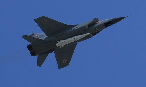 Tiêm kích MiG-31K mang tên lửa Kinzhal trên bầu trời Moskva hồi tháng 5. Ảnh: Thanh Hoàn.