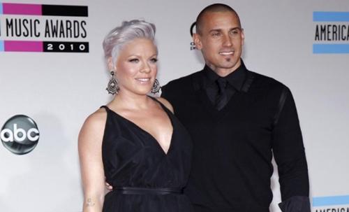 Carey Hart và vợ, ca sĩ Pink, tại lễ trao giải âm nhạc năm 2010. Ảnh: Reuters.