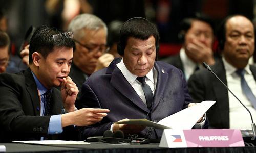 Tổng thống Philippines (giữa) trong một phiên họp tại hội nghị ASEAN ở Singapore. Ảnh: AFP.