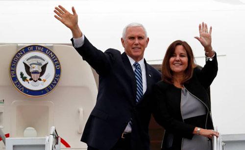 Phó Tổng thống Mỹ Mike Pence và phu nhân trên chiếc Không lực Hai tại căn cứ không quân Yokota ở Fussa, ngoại ôTokyo hôm 13/11. Ảnh: Reuters.