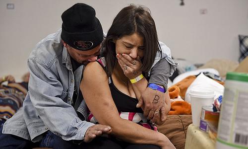 Joseph Grado và vợ, Susan Grado, an ủi nhau trong trại trú ẩn dành cho nạn nhân cháy rừng tại Nhà thờ Đại lộ Đông hôm 12/11 ở Chico, California. Nhà của họ ở thị trấn Paradies, trung tâm của đám cháy Camp, đã bị xóa sổ. Ảnh: AP.
