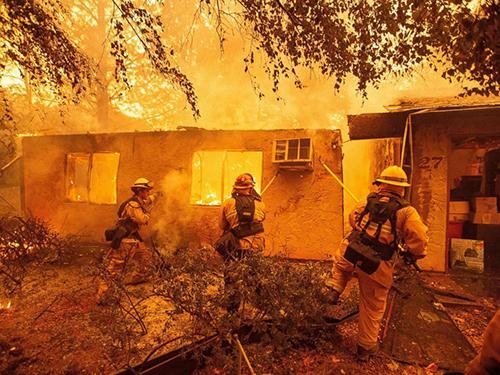 Lính cứu hỏa nỗ lực dập lửa ở một khu dân cư tại thị trấn Paradise, bang California, hôm 9/11. Ảnh: AFP