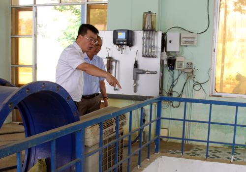 Đoàn kiểm tra thực tế tình hình hoạt động tại nhà máy nước Cầu Đỏ và trạm bơm An Trạch. Ảnh: Ngọc Trường.