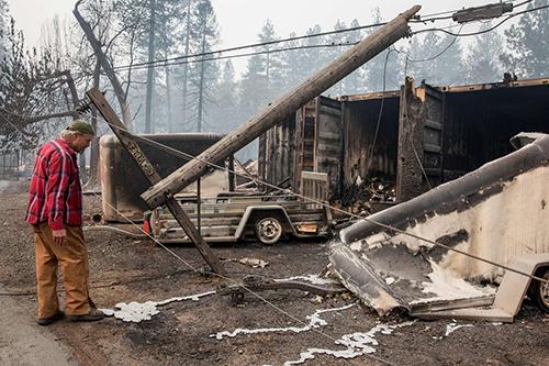 Ông Brad đứng trước một kho hàng bị cháy ở thị trấn Paradise, California, hôm 10/11. Ảnh: SF Chronicle