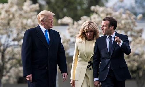 Tổng thống Donald Trump (trái)đón Tổng thống Macronvà phu nhân (giữa)tại Nhà Trắng hồi tháng 4. Ảnh: Reuters.