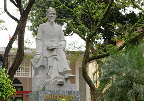 Tượng thầy giáo Chu Văn An trong khuôn viên trường THPT Chu Văn An (Hà Nội). Ảnh: Quỳnh Trang