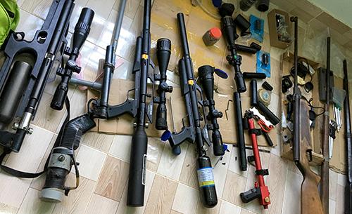 Nhiều khẩu súng do Thắng tự chế bị cảnh sát thu giữ. Ảnh: Kh.Uyên