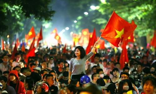 Cổ động viên đốt pháo sáng trên nhiều tuyến phố Hà Nội