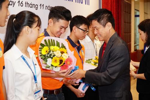 Ông Nguyễn Quốc Kỳ, Tổng giám đốc Vietravel trao học bổng chosinh viên.