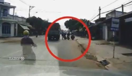 Người phụ nữ (trong cùng bên phải) đi xe máyngược chiều gián tiếp gây tai nạn.
