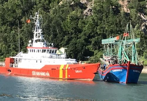 Tàu SAR 411 lai dắt tàu NA 95889 về tới biển Cửa Lò. Ảnh: Trung tâm tìm kiếm.