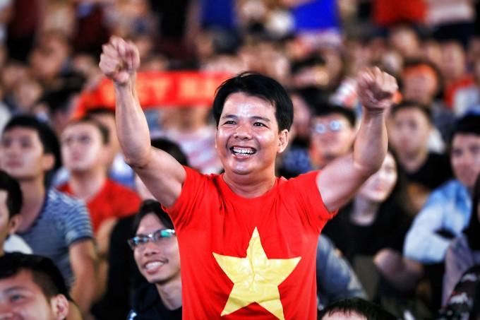 Người Sài Gòn mừng chiến thắng của tuyển Việt Nam trên phố Nguyễn Huệ