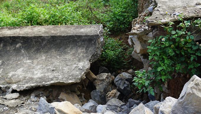 Chân cầu Hàm Rồng sạt lở, trôi về lòng sông Mã