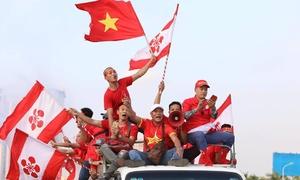 Cổ động viên ùn ùn kéo về sân Mỹ Đình cổ vũ tuyển Việt Nam