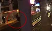 Cô gái Trung Quốc suýt bị tàu đâm vì dọa bạn trai