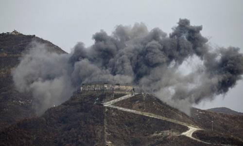 Khói đen bốc lên từ trạm gác tại thị trấn biên giới Cheorwon ngày 14/11. Ảnh: AP.