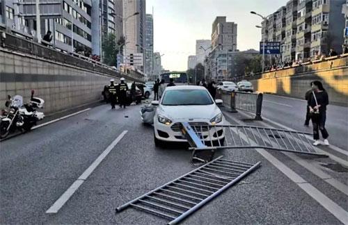 Tai nạn xảy ra trên một con phố đông xe.
