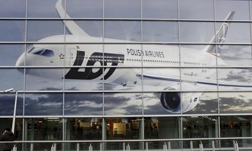 Áp phích hình máy bay Boeing của hãng LOT tại sân bay Chopin ở Warsaw. Ảnh: Reuters.