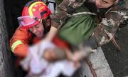 30 phút cứu bé trai bị mẹ đẻ rơi xuống toilet công cộng ở Trung Quốc