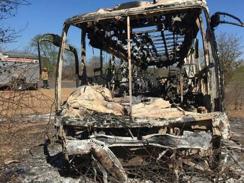 Chiếc xe buýt bị cháy trơ khung sau vụ tai nạn tối 15/11 ở Zimbabwe. Ảnh: AP.