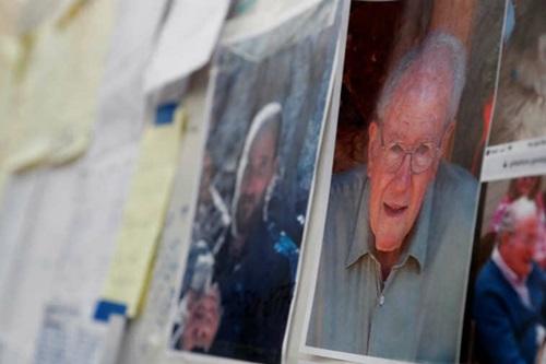 Ảnh những người mất tích trong vụ cháy rừng Camp được dán tại trung tâm sơ tán ởChico, California, hôm 15/11. Ảnh: Reuters.