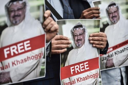 Người biểu tình cầm ảnh Khashoggi trước lãnh sự quán ArabSaudi ở Istanbul, Thổ Nhĩ Kỳhôm 5/10. Ảnh: AP.