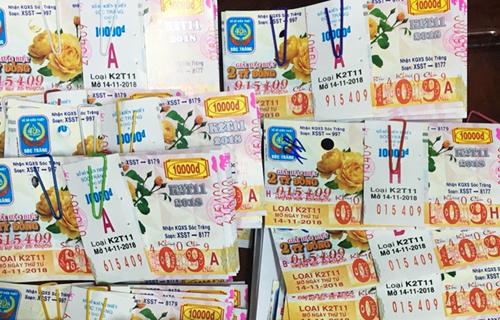 Các tờ vé số trúng giải. Ảnh: Thuận Nam.