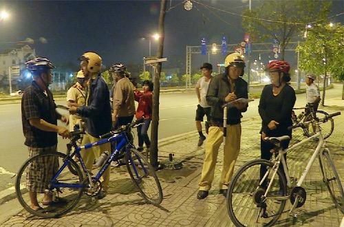 CSGT dừng nhiều xe đạp lại để nhắc nh. Ảnh: Sơn Hoà.