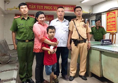 Bé trai và mẹ cùng các chiến sĩ tại công an phường. Ảnh: Công an cung cấp.