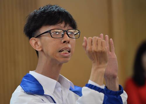Thầy giáo câm điếc Võ Duy Quang phát biểu tại buổi gặp lãnh đạo Bộ Giáo dục và Đào tạo tại Hà Nội ngày 14/11. Ảnh: Hoàng Anh.