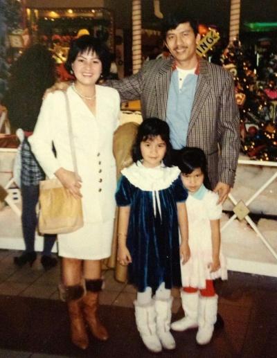 Trâm và em gái cùng bố mẹ trong bữa tiệc cuối năm 1992, năm đầu tiên cả nhà sang Mỹ. Ảnh: NVCC.