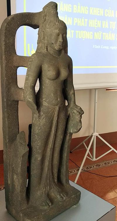 Tượng nữ thần Saraswati được trưng bày tại Bảo tàng Vĩnh Long. Ảnh: Long Hồ