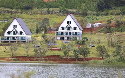 Dãy nhà gỗ sát mép hồ Tuyền Lâm đã được di dời. Ảnh: Khánh Hương.