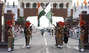 Binh sĩ Ấn Độ - Pakistan đua vung chân, trừng mắt trong lễ hạ cờ ở biên giới