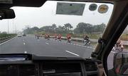 Đoàn 'phượt thủ' nối đuôi nhau chạy trên cao tốc: Sao xe máy qua được trạm BOT?