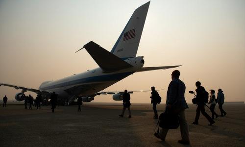 Khói mù bao trùm căn cứ Beale trong chuyến thăm của Trump hôm 17/11. Ảnh: AFP.