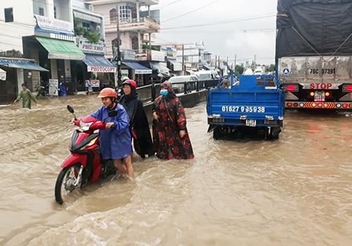 Nhiều tuyến đường ở Nha Trang bị ngập. Ảnh: Xuân Ngọc.