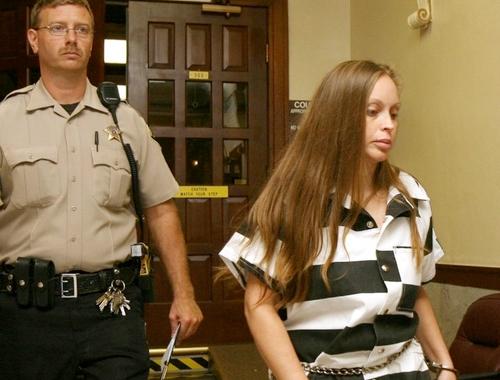 Darlene Gentry bị dẫn giải tham gia phiên tòa.