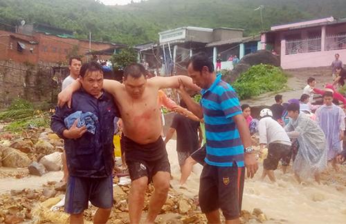 Nạn nhân bị thương trong vụ sạt lở ở xã Phước Đồng được đưa ra ngoài. Ảnh: Báo Khánh Hòa.