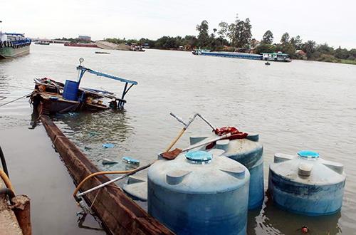 Thuyền chở hàng chục tấn hóa chất chìm xuống sông Đồng Nai. Ảnh: Thái Hà.
