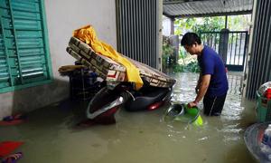 Mưa gây sạt lở, ngập sâu nhiều nơi ở Nha Trang