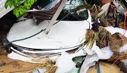 Một ôtô đậu trong nhà ở Nha Trangbị vùi lấp trong trậnsạt lở sáng 18/11. Ảnh: An Phước.