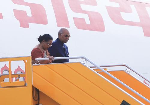 Tổng thống Ấn Độ cùng phu nhân xuống chuyên cơ tại sân bay quốc tế Đà Nẵng. Ảnh: Nguyễn Đông.