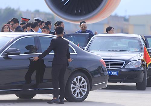 Tổng thống Kovind lên xe do phía Việt Nam chuẩn bị để về khu resort ven biển. Ảnh: Nguyễn Đông.