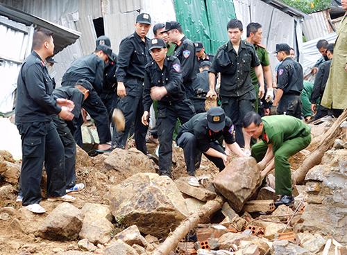 Lực lượng cứu hộ phải đào bới từng viên đá tìm và cứu người. Ảnh: An Phước
