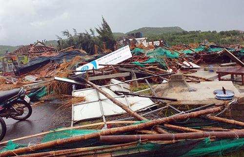 Lốc xoáy ập đến làm hơn 20 người bị thương, hàng chục căn nhà ở Phú Yên hư hỏng. Ảnh: An Phước