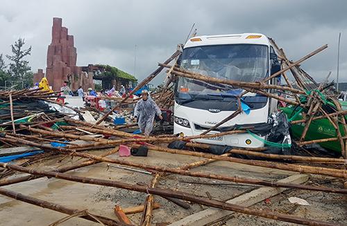 Ôtô khách bị hư hỏng sau trận lốc xoáy. Ảnh: An Phước