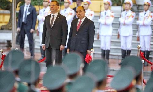 Thủ tướng Nguyễn Xuân Phúc và Thủ tướng Nga trên bục danh dự, thực hiện nghi lễ chào cờ. Ảnh: Giang Huy.
